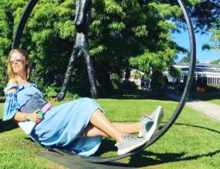 Как отдыхают звезды: беременная Ксения Собчак прячет живот и пробует вина