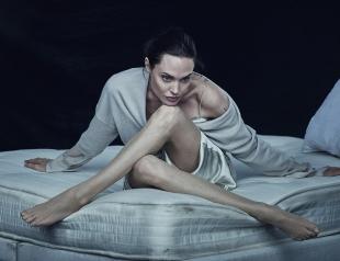 С глаз долой: Анджелина Джоли сведет все татурировки, связанные с Брэдом Питтом