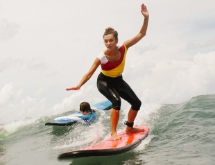 Как отдыхают звезды: Регина Тодоренко на Бали освоила серфинг (ФОТО)