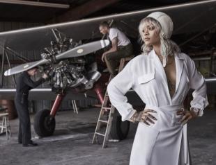 Рианна перекрасилась в блондинку и села за штурвал вертолета (ФОТО)