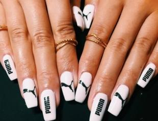 Выбирай свой: маникюр с логотипами модных брендов, как тренд из Инстаграма