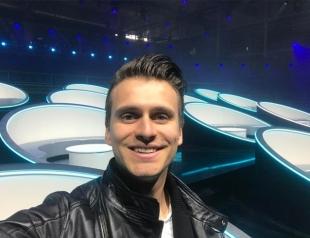 """Ведущий """"Евровидения-2017"""" Александр Скичко празднует день рождения на сцене конкурса в компании коллег (ФОТО)"""