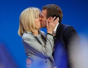Новоиспеченный президент Франции Эммануэль Макрон осудил сплетни вокруг его отношений с женой, которая на 25 лет старше