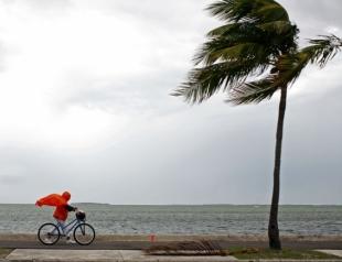 """Впервые за 7 лет в Атлантике сформировались сразу 3 урагана: на ряду с """"Ирмой"""" бушует ураган """"Хосе"""" и """"Катя"""""""