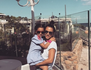 Семейный отдых Ани Лорак в Италии: зажигательный танец дочери на пляже и душевные фото с мужем