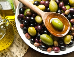 Оливки на новогоднем столе: пикантное дополнение праздничных блюд