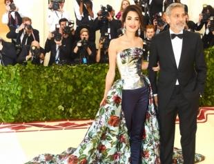 Бунт на корабле:  почему Амаль Клуни надела штаны на красную дорожку Met Gala?