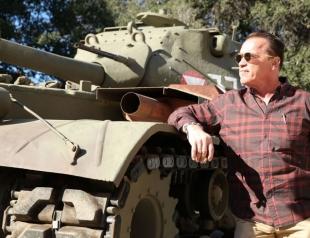 Как в фильме: Арнольд Шварценеггер на личном танке переехал лимузин (ВИДЕО)