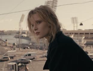 Монеточка показала серые будни 90-х в новом клипе: премьера видео