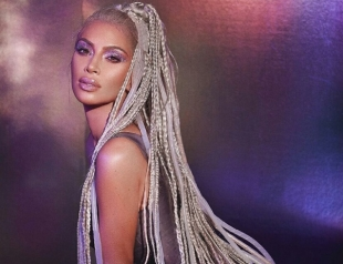 Ким Кардашьян стала футуристической Барби в новой рекламе косметики