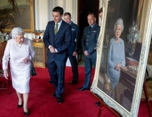 В Сети обсуждают реалистичный портрет Елизаветы II в Виндзорском замке (ФОТО)