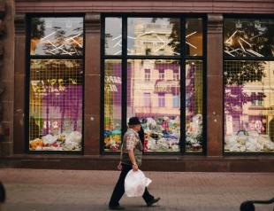 "Почему витрины магазина ""Всі. Свої"" превратились в мусорку: флешмоб #добісапакет"