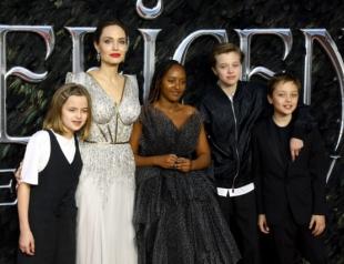 """Снова сияет: Анджелина Джоли в платье принцессы с детьми на премьере """"Малефисенты"""" в Лондоне"""