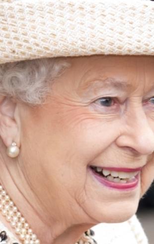 Елизавету II назвали лучшей девушкой Бонда