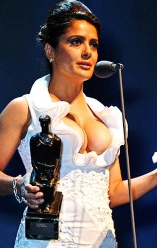 Звезды против растяжек: Сальма Хайек обнажила неидеальную грудь