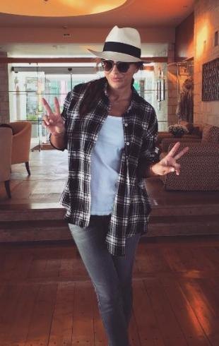 Ани Лорак не снимает солнцезащитные очки даже в помещении: подписчики удивлены поведением певицы