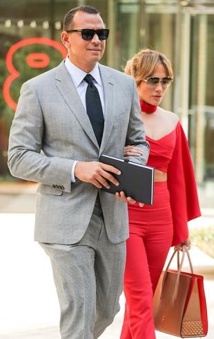 Прозрачный намек: Дженнифер Лопес впечатлила смелым нарядом на свидании с Алексом Родригесом (ФОТО)