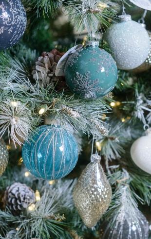 Красиво, как в кино: советы, как украсить дом к Новому году