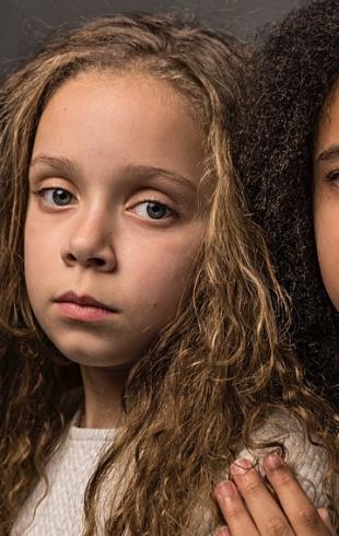Близнецы с разным цветом кожи на обложке National Geographic