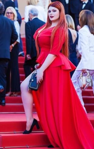 Рlus-size модель Юлия Рыбакова потеряла юбку в Каннах (ВИДЕО)