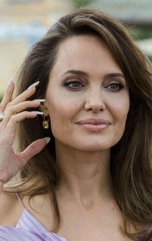 """В топе из лепестков и брюках: Анджелина Джоли на премьере фильма """"Малефисента-2"""" в Риме (ФОТО)"""