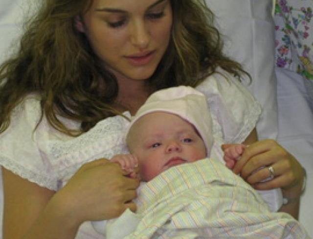 Натали Портман показала своего новорожденного сына