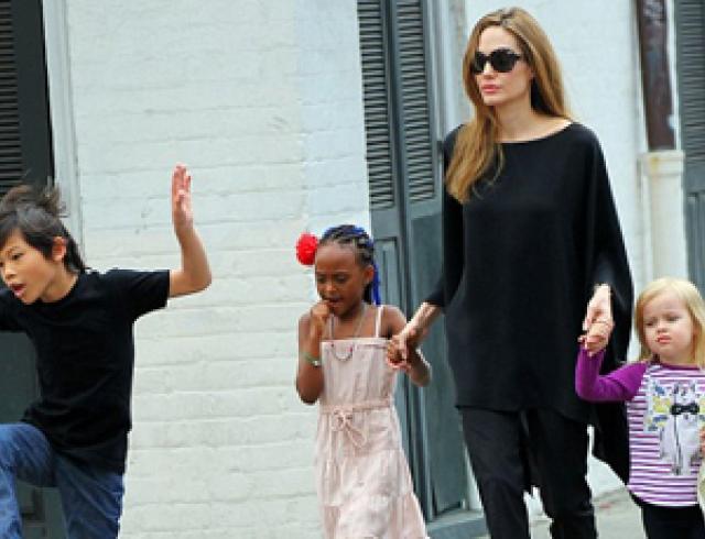 Анджелину Джоли развлекают ее дети. Фото