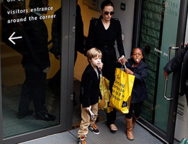 Анджелина Джоли показала детям Амстердам. Фото