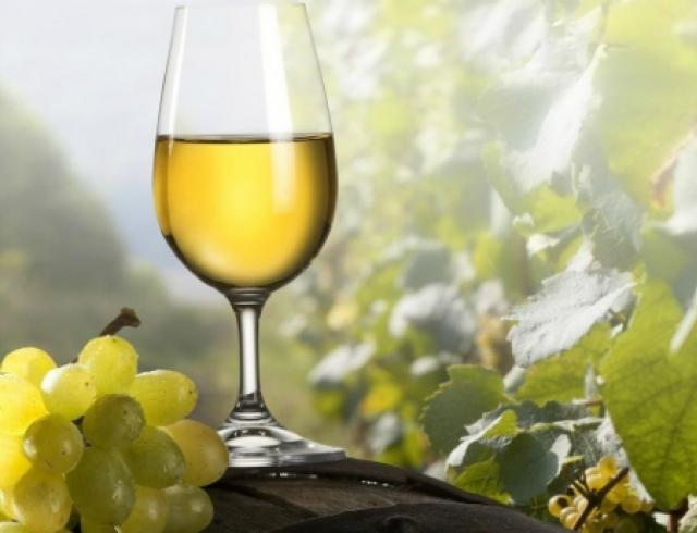 Белое вино разрушает зубную эмаль