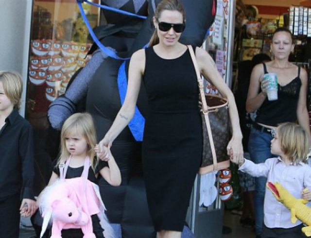 Анджелина Джоли купила детям подарки на Хэллоуин. Фото