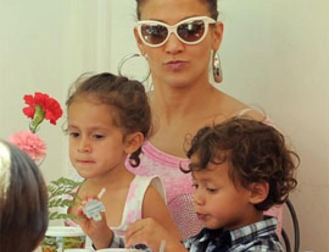 Джей Ло с детьми в Диснейленде. ФОТО