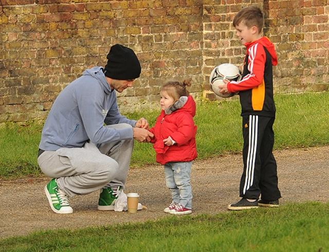 Дэвид Бекхэм на прогулке с детьми. Фото