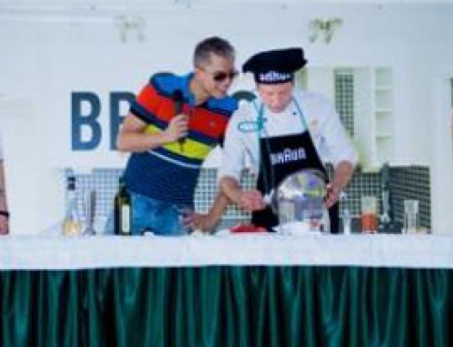 На загородном пикнике Андрей Доманский и Лидия Таран угощали гостей гаспаччо и фирменным барбекю
