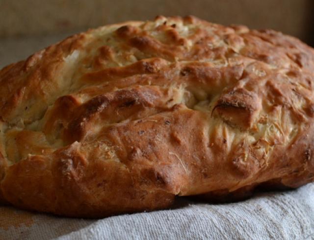 Как приготовить домашний луковый хлеб?