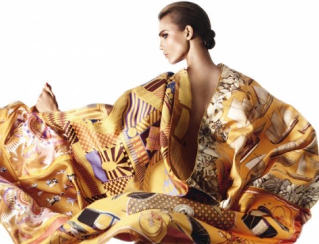 Карли Клосс показала варианты ношения платков Hermes