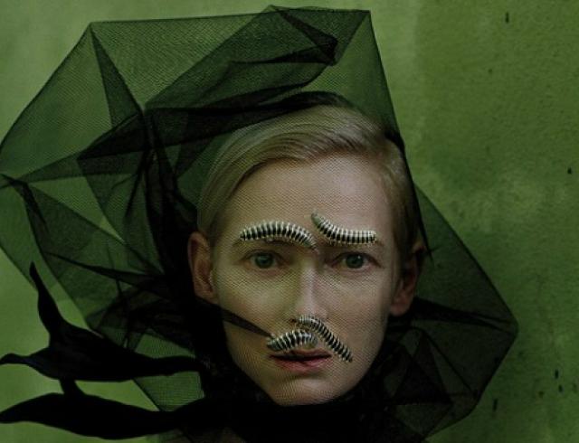 Тильда Суинтон снялась в фотосессии с гусеницами. Фото