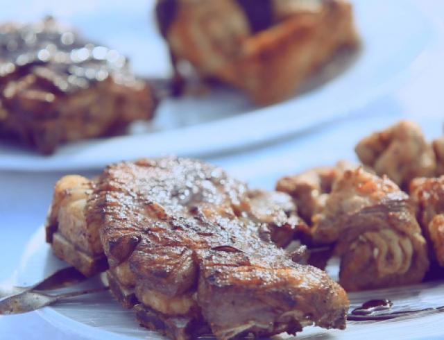 Мясное ассорти на мангале с черничным соусом. Видео-рецепт
