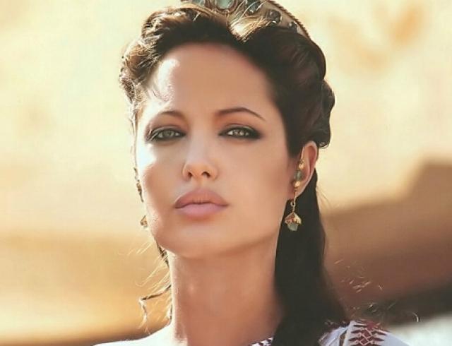 Анджелину Джоли беспокоят боли в новой груди
