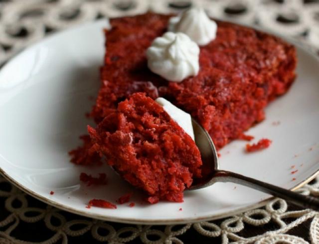 Как приготовить сладкий пирог из свеклы. Видеорецепт