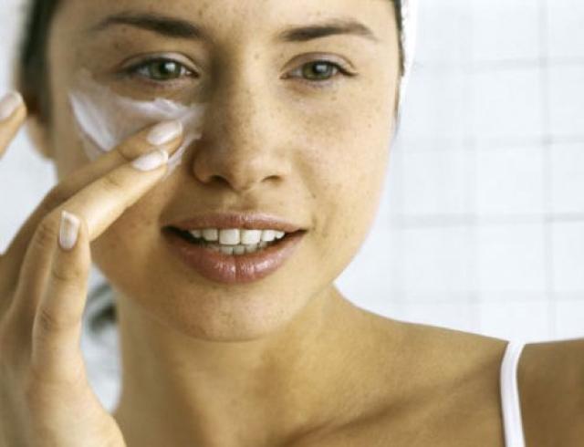 Как нельзя наносить крем для глаз