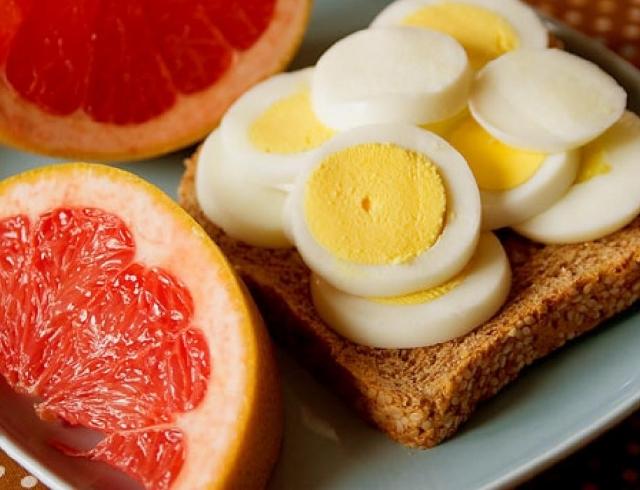 Необычная диета: как похудеть с помощью яиц и грейпфрутов