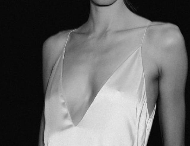 Исподнее напоказ: как носить платье-комбинацию