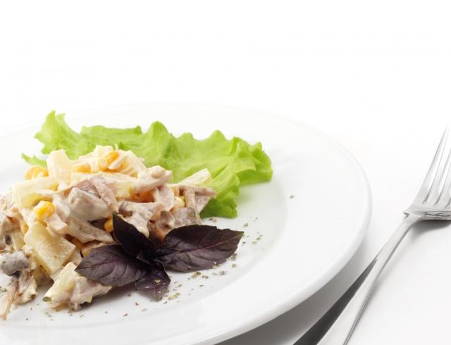 Салат из курицы и ананасов на Новый год – три беспроигрышных варианта