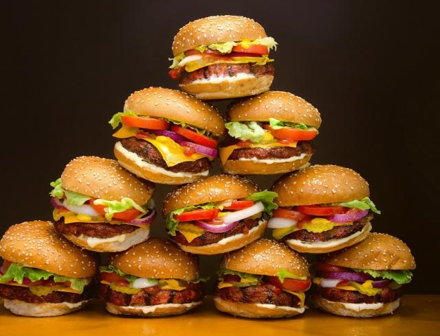 Почему нам часто хочется есть фастфуд и другую вредную пищу