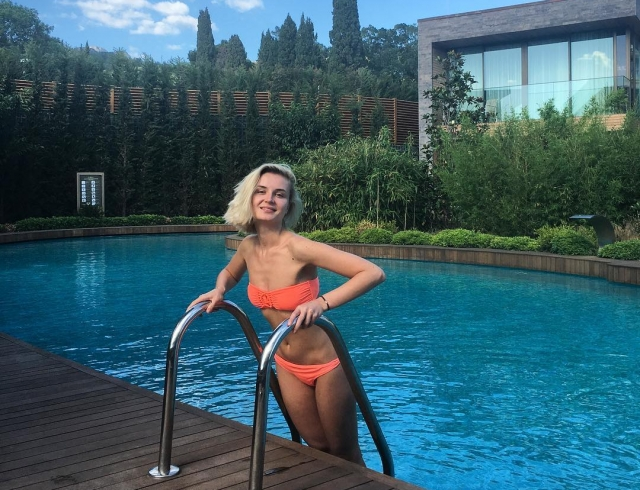 Полина Гагарина засветила грудь в откровенном декольте (ФОТО)
