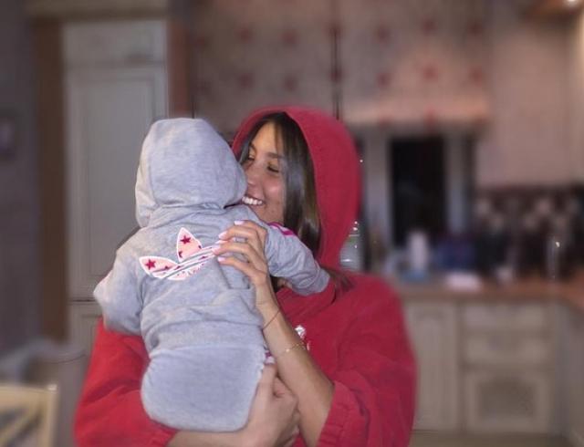 Кэти Топурия показала маму и подросшую дочь Оливию