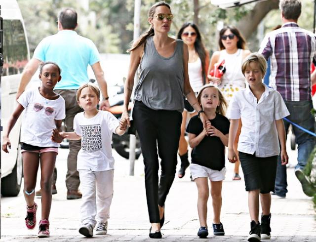 Анджелина Джоли с детьми живет в доме бывшей жены Чарли Шина