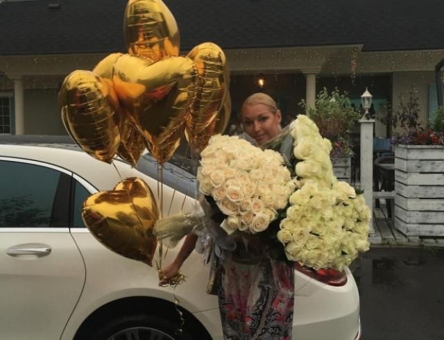 """Анастасия Волочкова похвасталась обилием букетов: """"Приятно быть любимой!"""""""