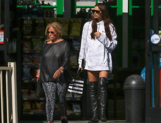Ирина Шейк сходила на шопинг с мамой Брэдли Купера (ФОТО)