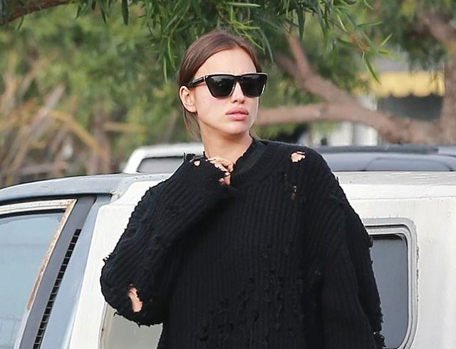 Вдохновение дня: беременная Ирина Шейк в рваном свитере